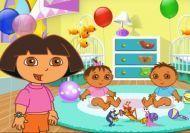 Jugando con los hermanos gemelos de Dora
