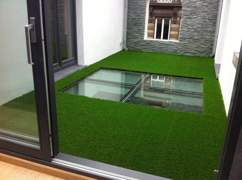 Magnifique r alisation dans une cour int rieure gazon synth tique greensi - Fausse pelouse interieur ...