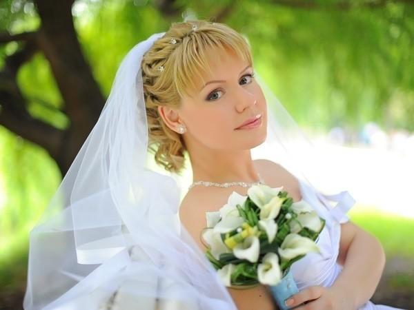 Фото свадебные прически на короткий волос с челкой с фатой