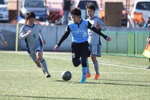 右SBの島崎とともに献身的な走りで貢献した川崎選手。左SBは原島、新1年の新井両選手と楽しみな選手が多いです。