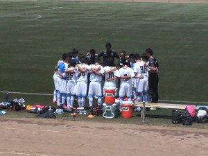 試合前に円陣を組むU-15の選手たちと寺田監督らスタッフ