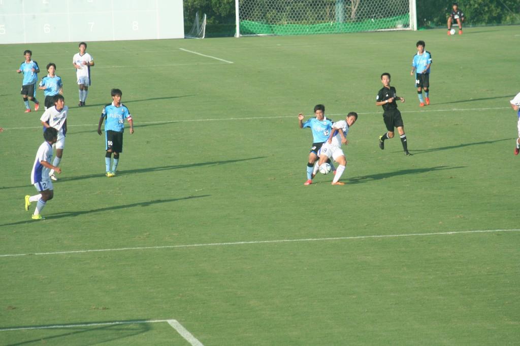 後半ロスタイムの攻防。藤井選手がボールを奪いにいく