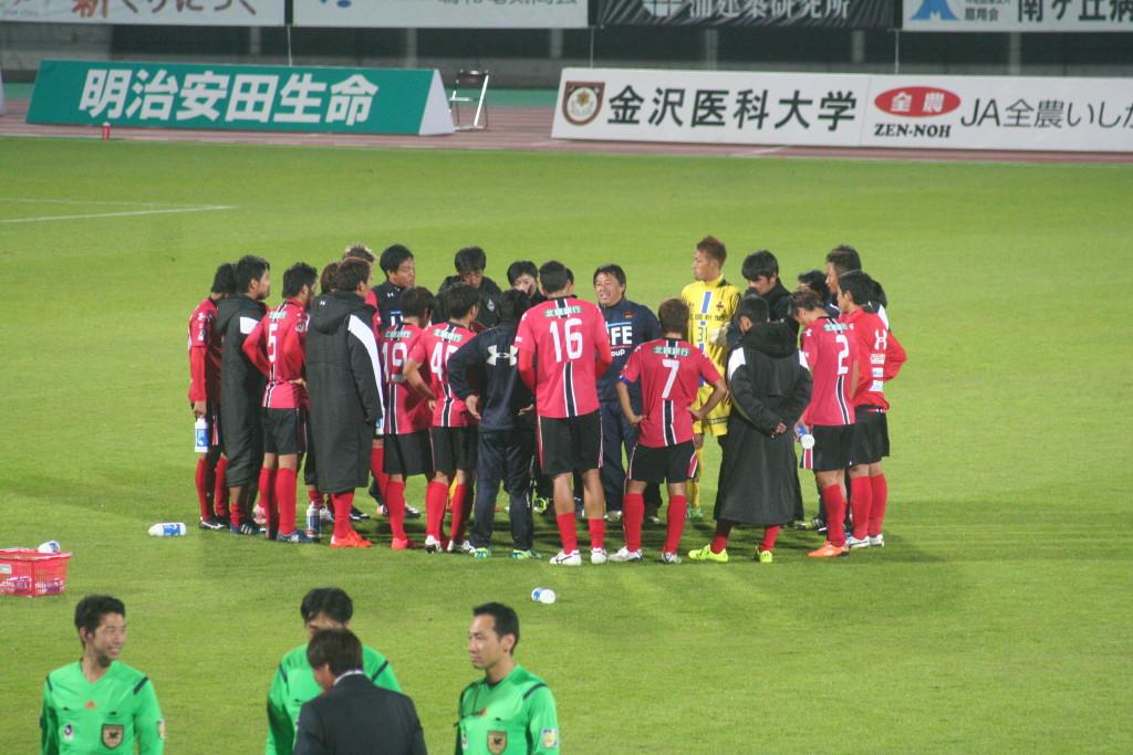 試合後に森下監督に言葉をかけられる金沢の選手たち。ピッチのなかで輪になる姿が印象に残った