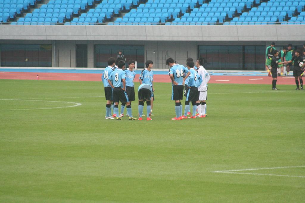 試合を前にしたフロンターレU-18の選手たち