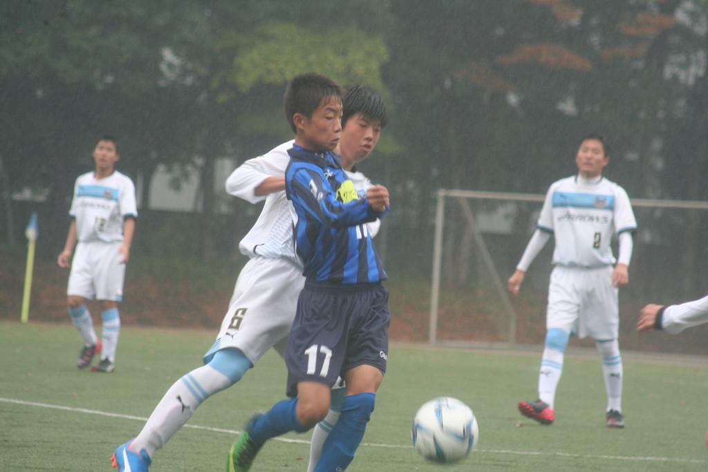 ボールを競り合う古岡選手