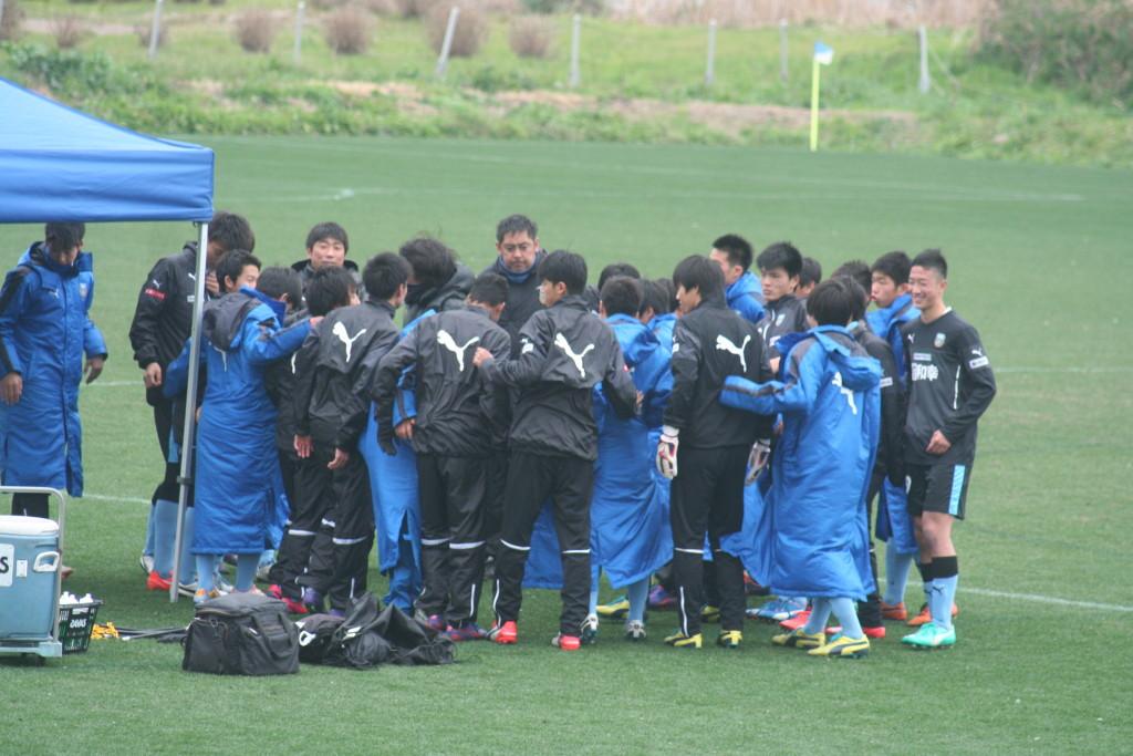 試合を前に円陣を組むフロンターレの選手やスタッフ