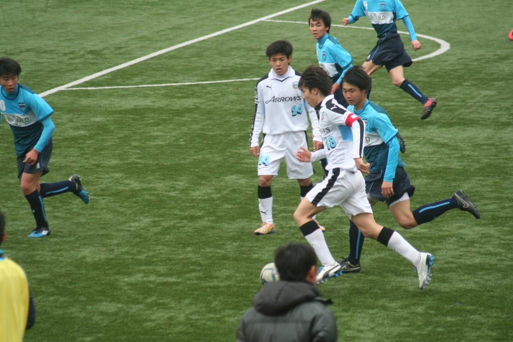 田中碧選手がボールを前へ運ぶ