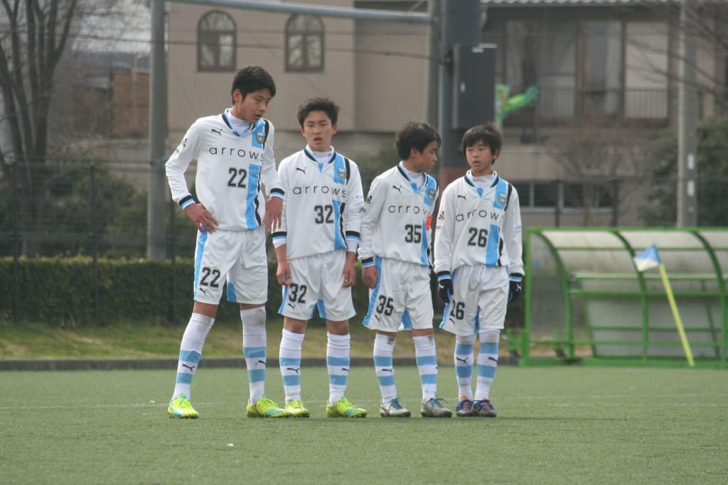 湘南にセットプレーを与えて壁をつくる選手たち。左から神橋良汰、横山航大、横澤悠馬、猪狩祐真の各選手
