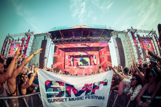 Fans with SMF Flag at mainstage during Sunset Music Festival 2014