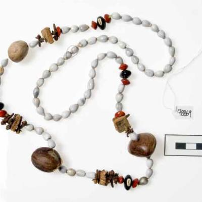 Spanish necklace with clove beads
