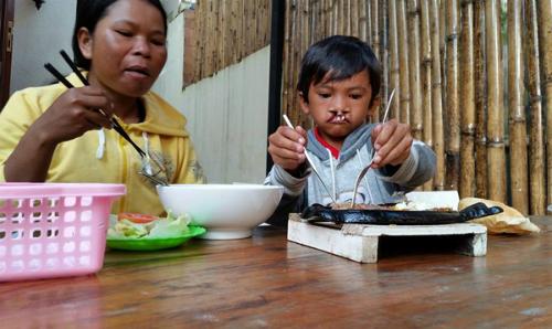Bé Nghiệp và mẹ. Ảnh: Facebook Tran Thi Thanh Loan.