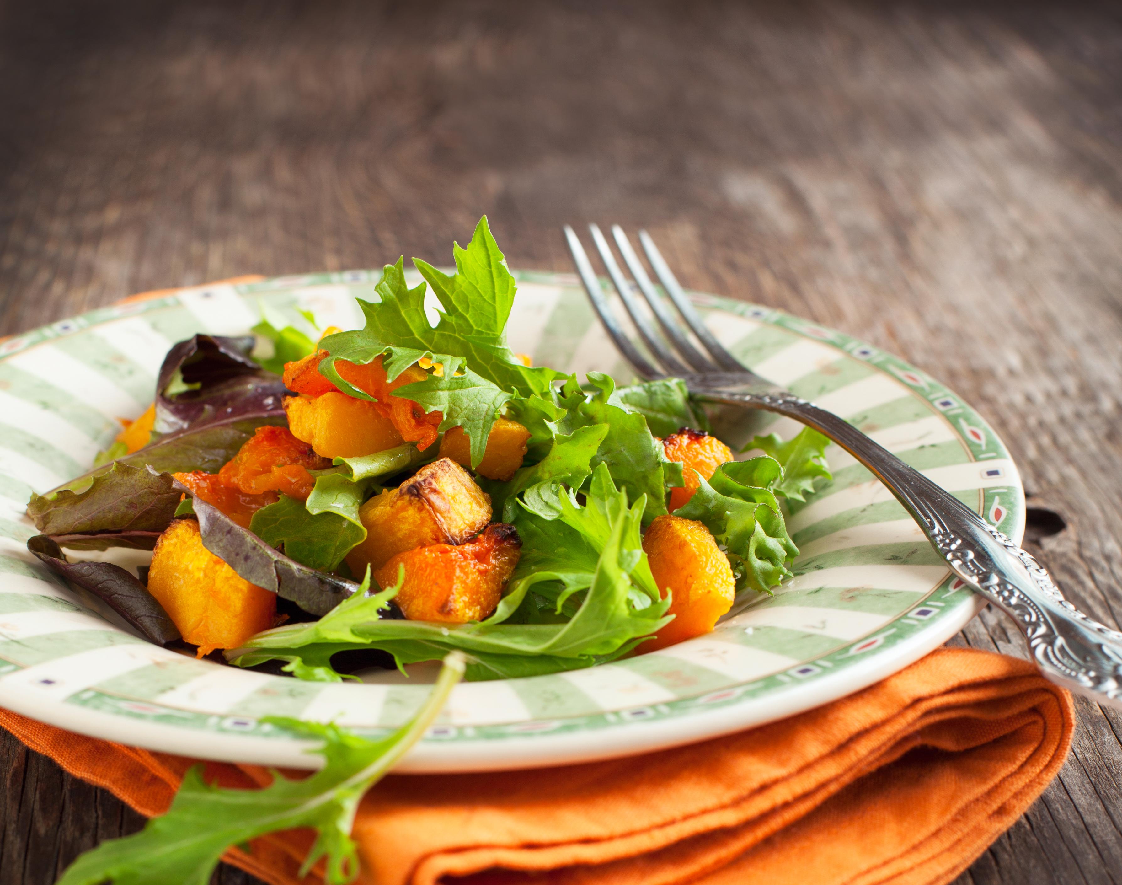 Порционный салат на тарелке