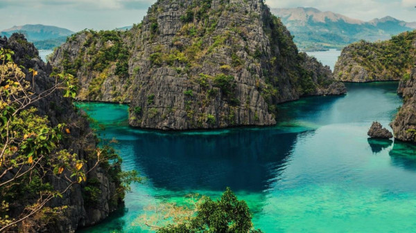 WELCOME TO THE PHILIPPINES  BY: DARRYL ASHTON