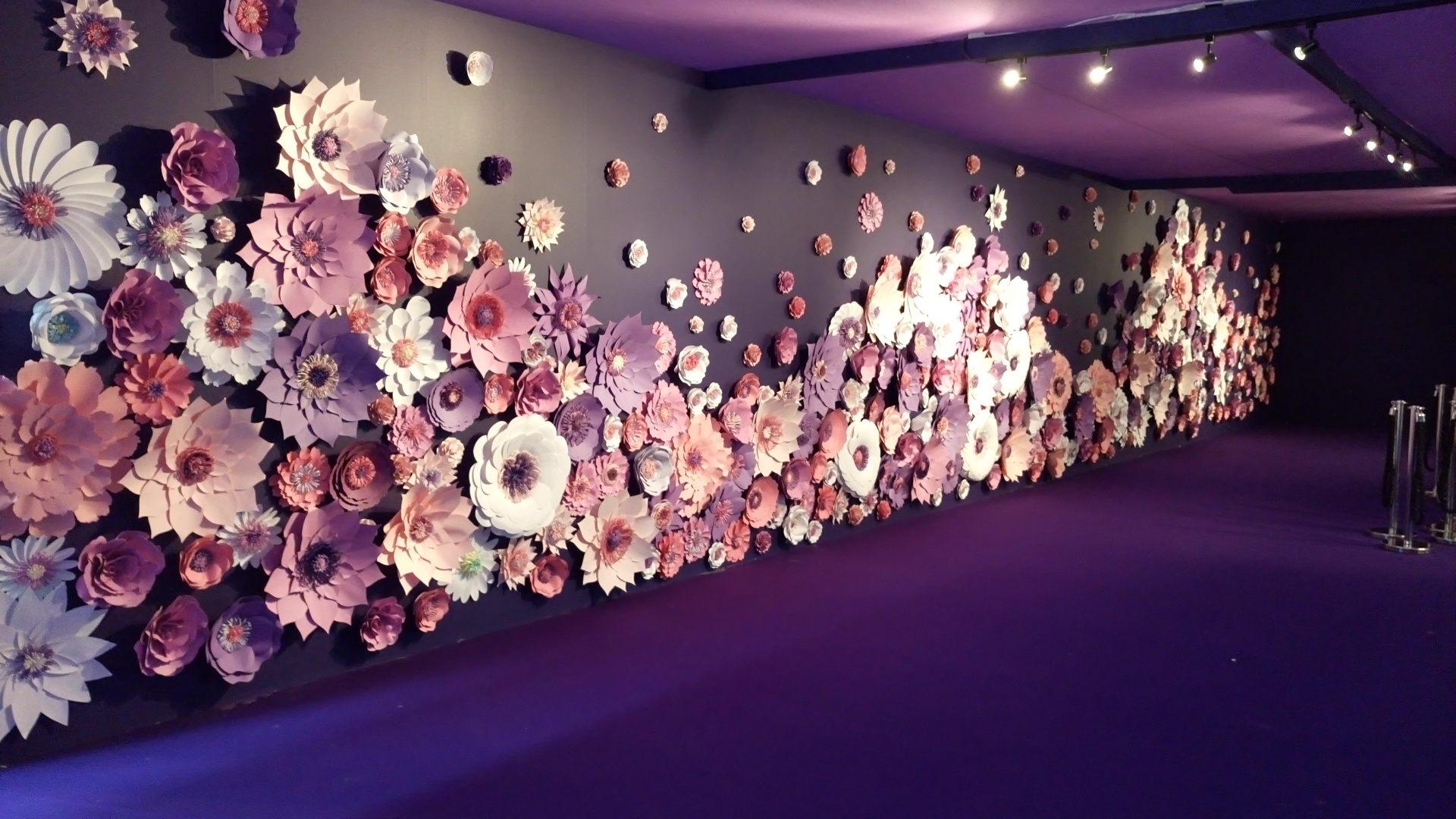 moda exhibition. paper flowers backdrop, fashion show, perfabulous