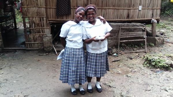 Stolta skolbarn med nya uniformer