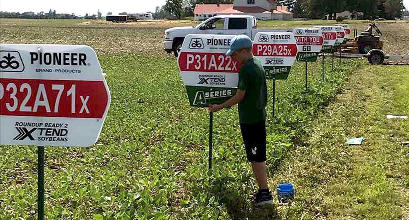 Saathoff placing signs IMG 1646 1400x753