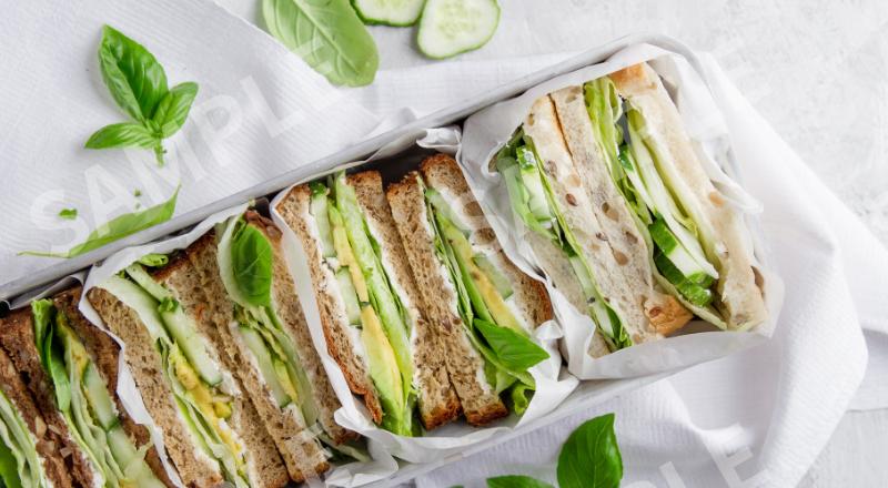 キュウリとレタスのサンドイッチ