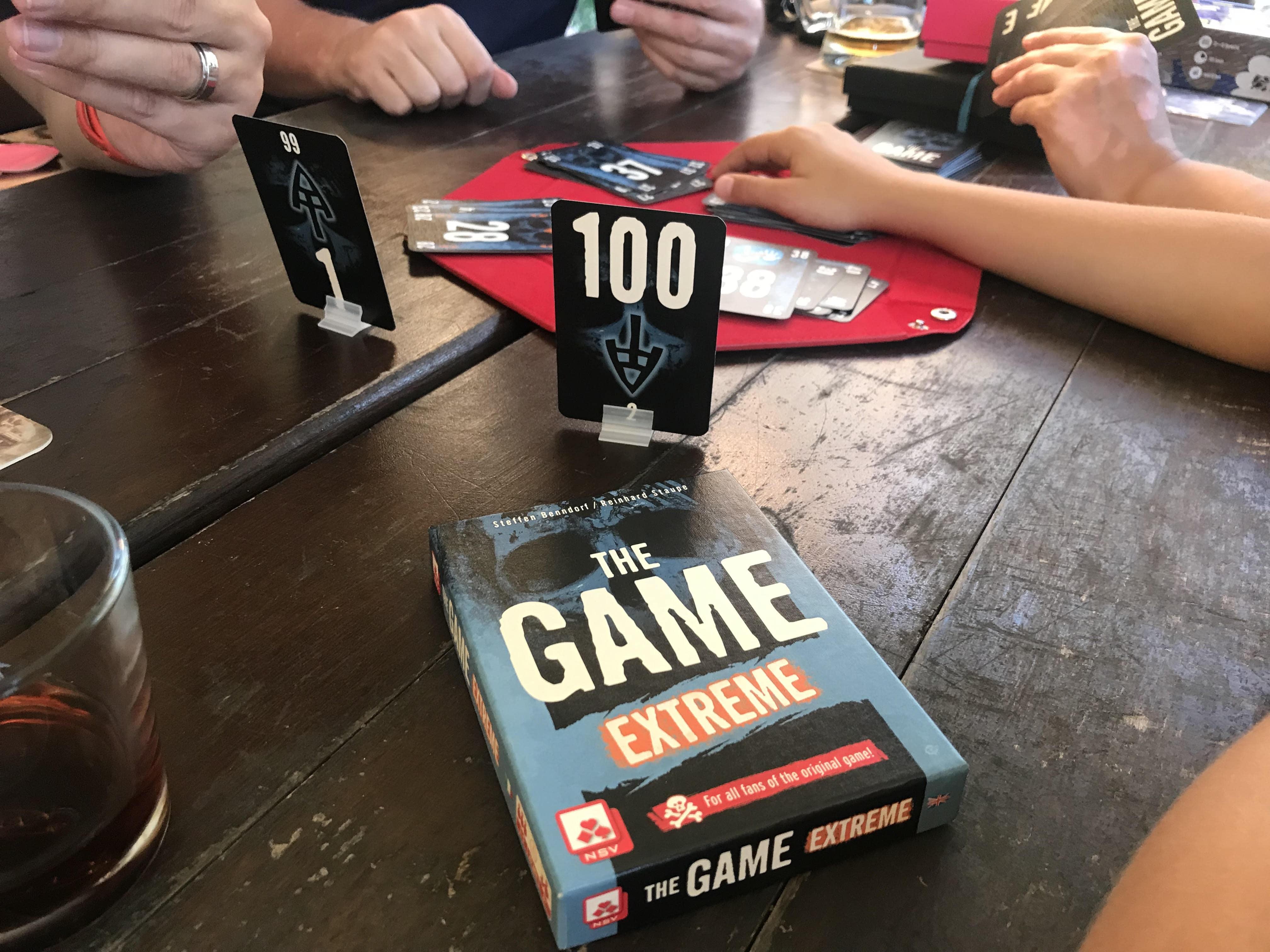 Mastili jsme The Game a rozložená miska na kostky sloužila jako podložka
