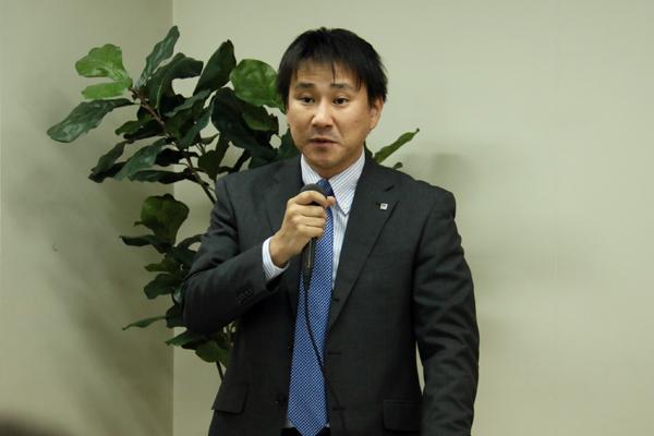 発表会であいさつする、株式会社バルテック・常務取締役の久岡氏