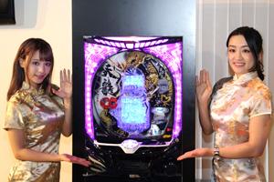 金銀のチャイナドレスを着た桃乃木かな(左)と山内菜緒(右)