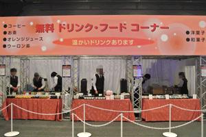 無料のドリンク・フードコーナーでは干支の犬の形をした和菓子が人気