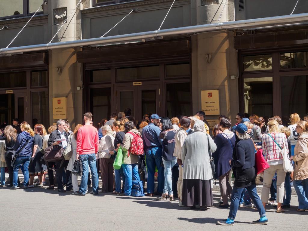 Президенту принесли более 12 тысяч подписей против реновации