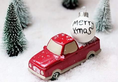 Modellino pick up in mezzo alla neve con pallina Merry Xmas