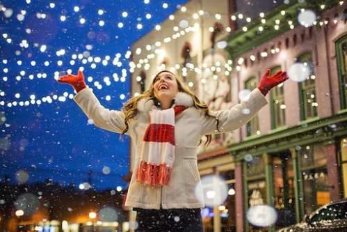 Ragazza festeggia l'arrivo della neve