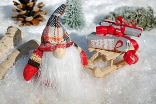 Babbo Natale con slitta e regali tra la neve