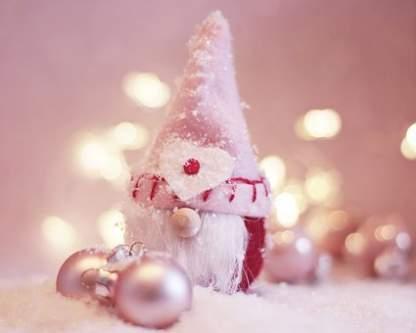 Romantico Babbo Natale rosso e rosa tra neve e palline natalizie rosa cipria