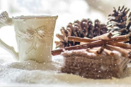 Eleganti addobbi natalizi effetto neve con tazzina