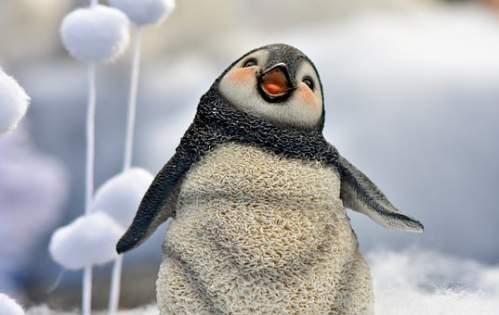 Statuetta di un pinguino tra la neve