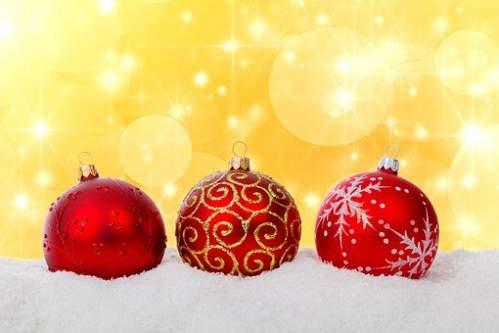 Palline di Natale rosso sopra neve artificiale