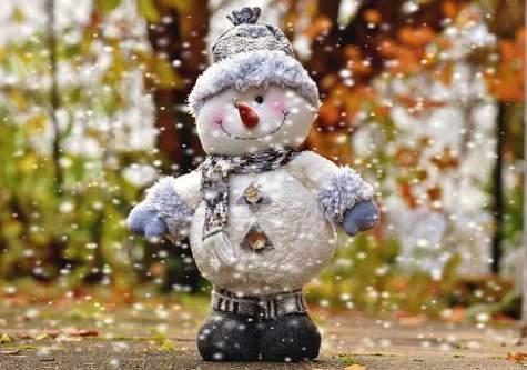 Pupazzo di neve con sciarpa e berretto grigio