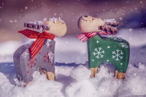 Simpatiche renne in legno stilizzate sotto la neve