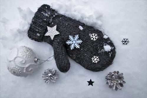 Addobbi Natalizi bianco argento con guanto nero su letto di neve
