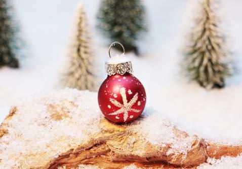 Pallina rosso oro su neve