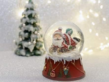 Sfera di cristallo innevata con Babbo Natale