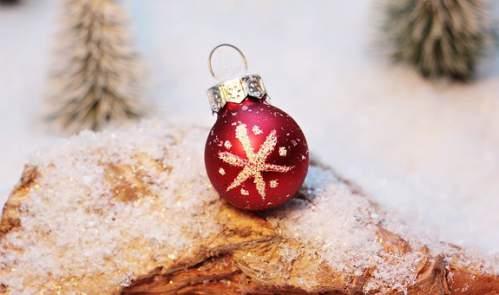Pallina rosso e oro su neve artificiale