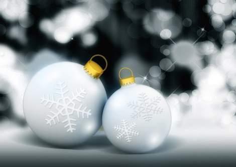 Palline natalizie bianche con fiocchi di neve
