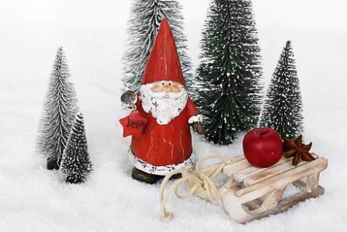 Addobbi natalizi innevati con Babbo Natale e slitta da neve