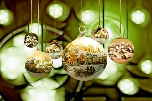 Palline natalizie con paesaggi e casette innevate