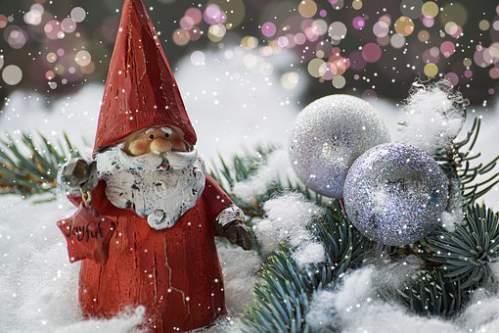 Babbo Natale tra rami di pino e neve