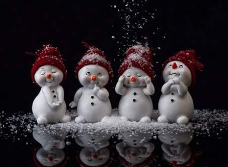 Simpaticissimi pupazzi di neve cicciottelli guardano la neve che cade