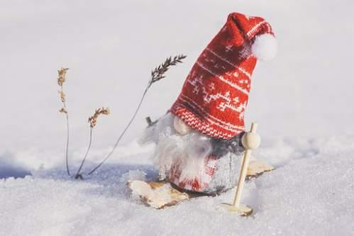 Pupazzo di Babbo Natale con gli sci