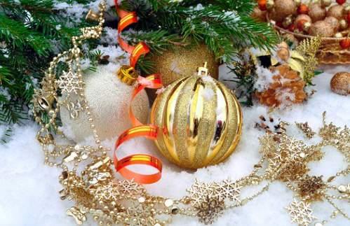 Addobbi natalizi dorati su neve artificiale
