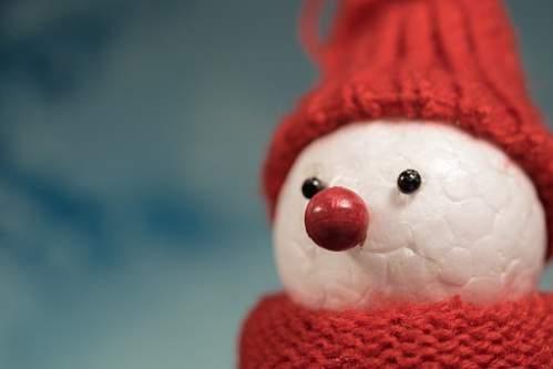 Pupazzo di neve bianco e rosso