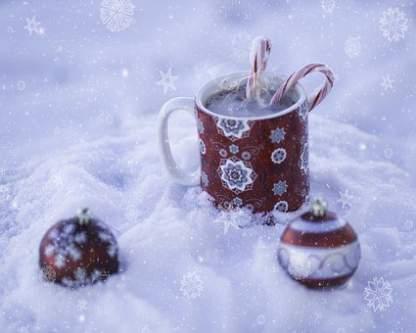 Addobbi Natalizi con tazza e palline rosse su neve