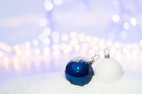 Palline di Natale bianco blu su neve artificiale