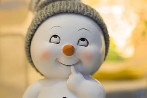 Simpatico pupazzo di neve in ceramica con cappellino
